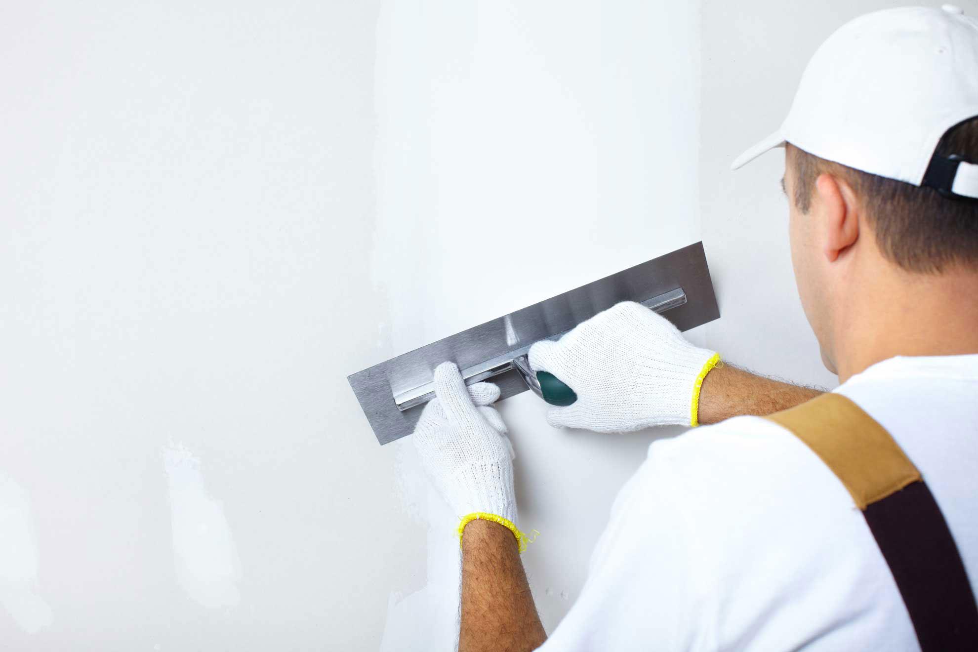 Как выравнять стены перед покраской и поклейкой обоев